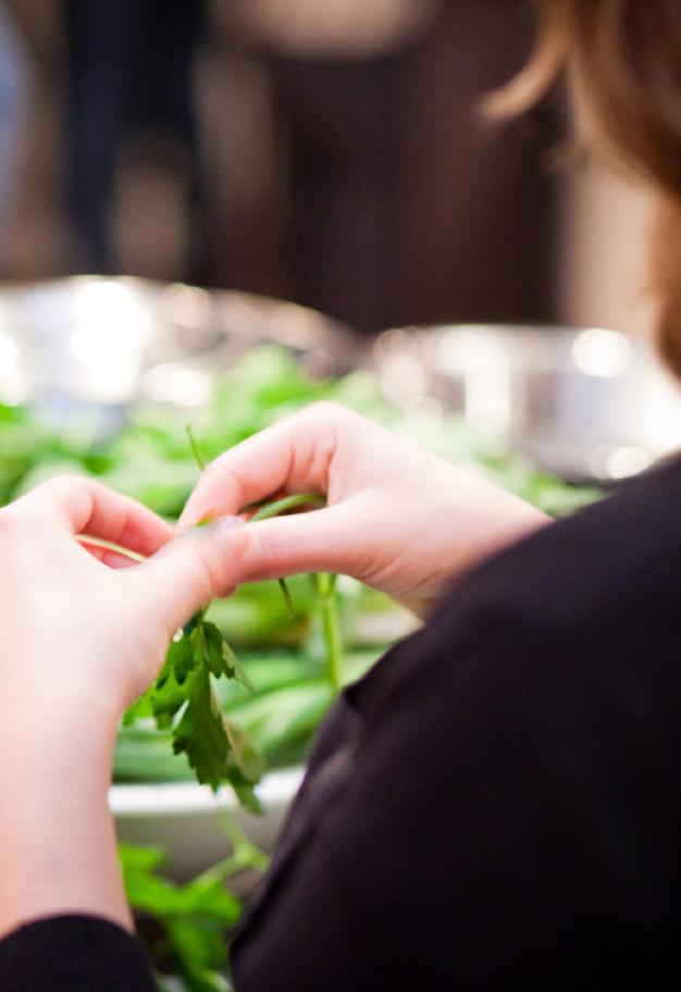 Mitarbeiter beim Firmenevent | Kochkurs - Kräuter zupfen